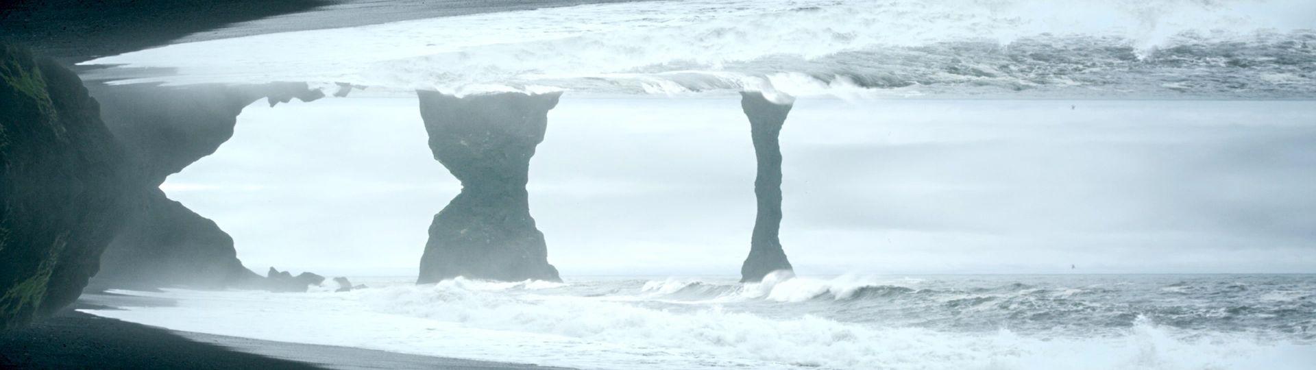 mystische Berge und Strand in Island