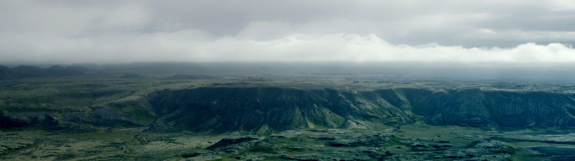 mystisches Landschaft in Island im Nebel