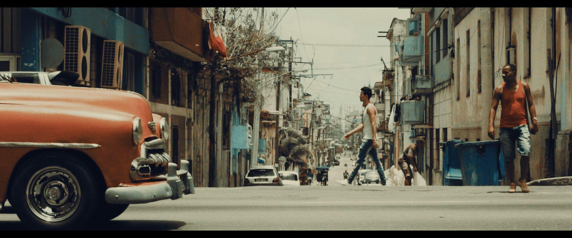 Mann geht über Strasse in Kuba