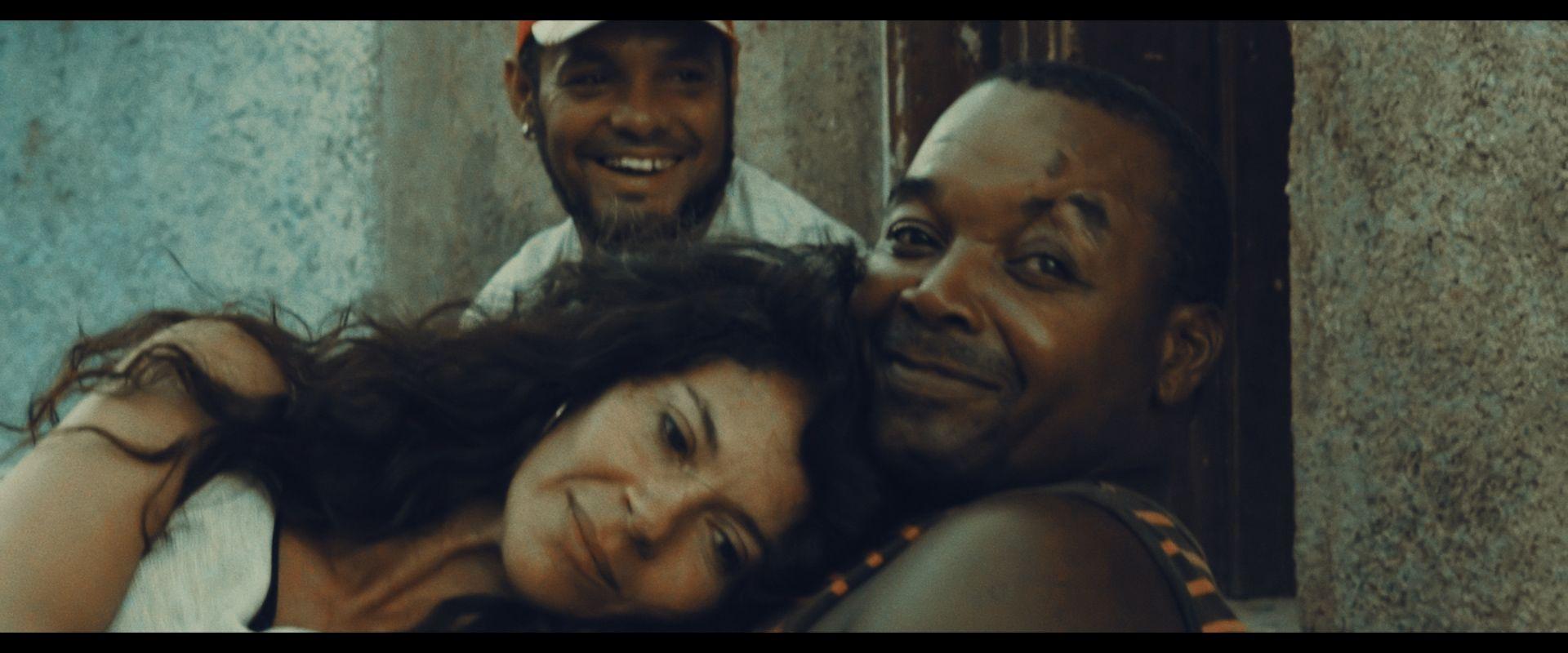 Maura Morales umarmt Kubaner