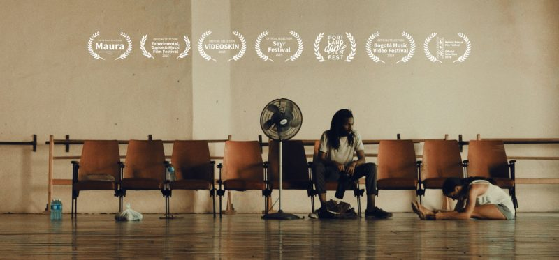 Personen sitzen auf Kinostühlen