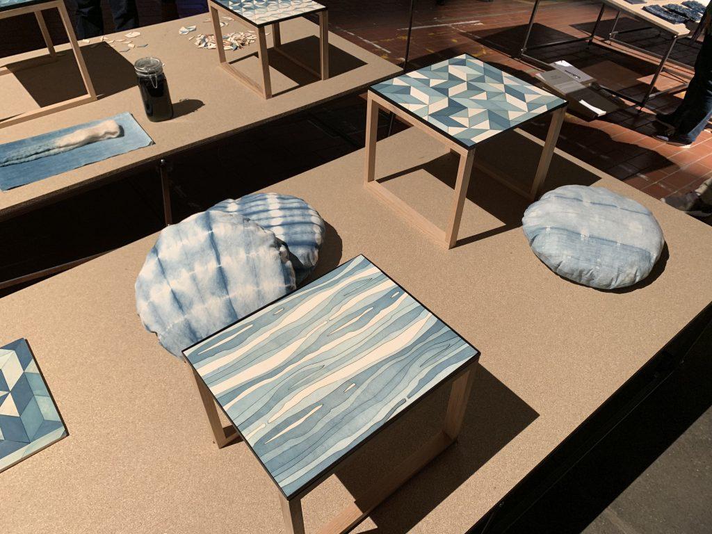 Dutch Design Week: Die Beistelltische aus Holz integrieren ein schönes Muster in der Tischplatte