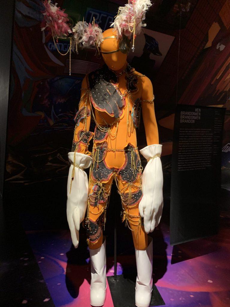 Futuristisches Exponat eines menschenähnlichen Aliens