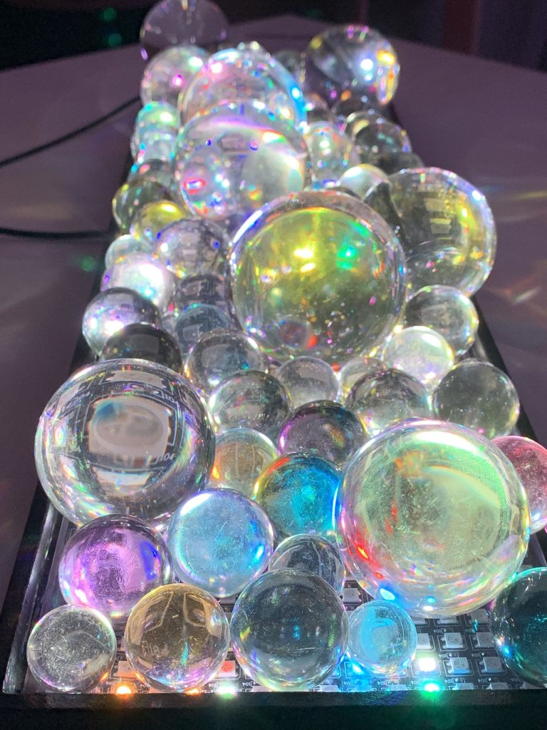Dutch Design Week: Die Glaskugeln dieses Exponats werden beleuchtet und färben sich so in unterschiedliche Farbnuancen