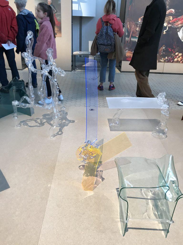 Futuristisch designte Möbel aus durchsichtigem Kunststoff