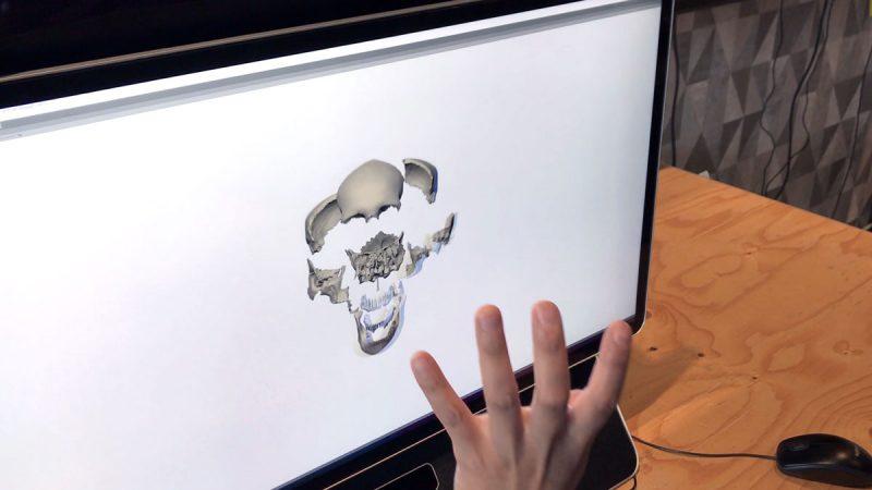Hand vor Monitor